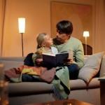 Eine intelligente Beleuchtungssteuerung schafft eine gemütliche Atmosphäre für die gemeinsame Lesestunde.